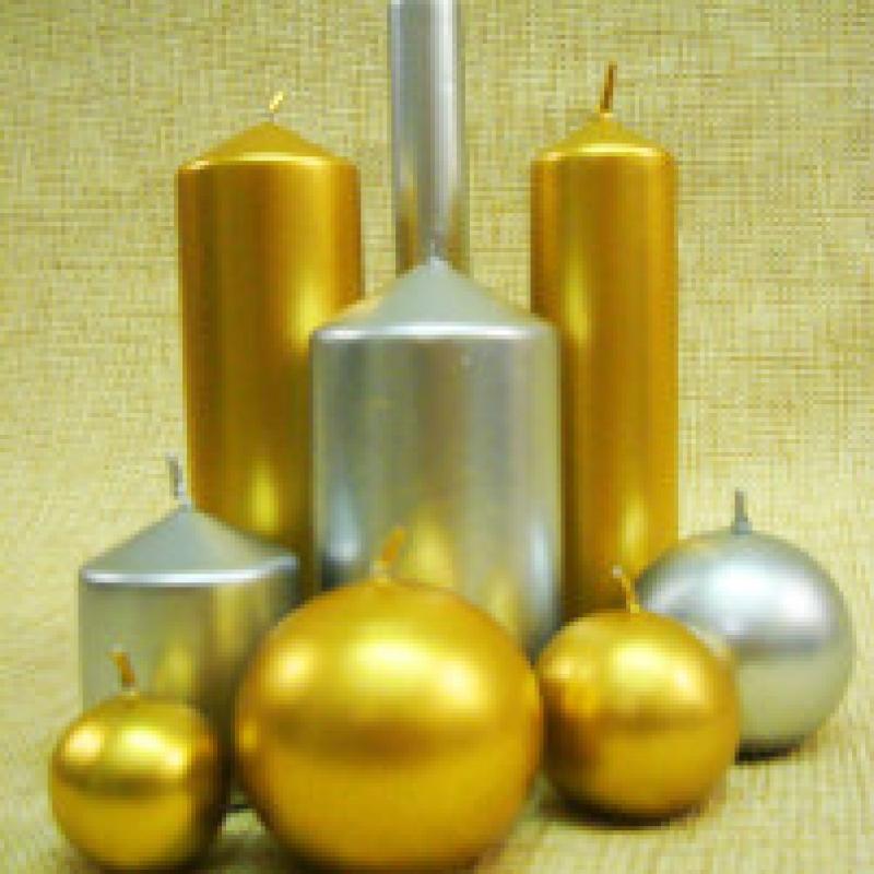 Velas doradas y plateadas